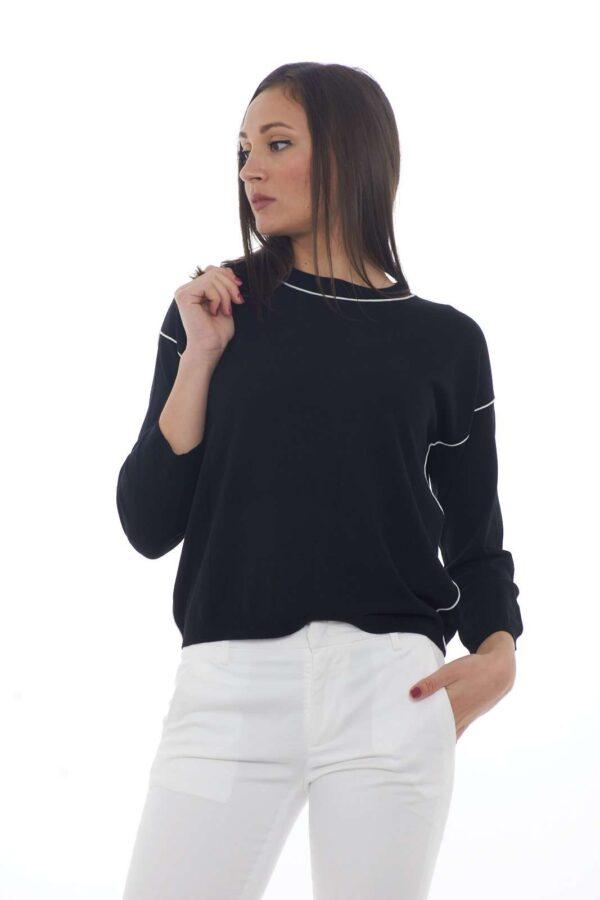 Una maglia pensata per i look quotidiani la SAIGON proposta dalla new collection Weekend MaxMara. Da indossare con ogni tipo di look, è perfetta anche come sotto giacca. Un connubio di stile dettato dal piping in contrasto per un effetto minimal chic.