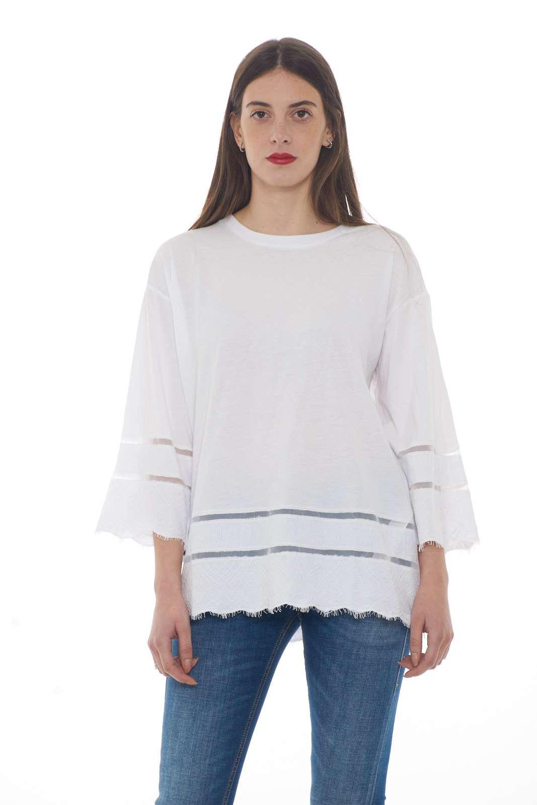 Una T shirt dalle sembianze di una felpa quella proposta per la collezione donna Twinset milano. I dettagli in pizzo macramè la rendono unica e dallo stile raffinato. Un must have da indossare sia con jeans che con pantaloni per rendere unico ogni look.