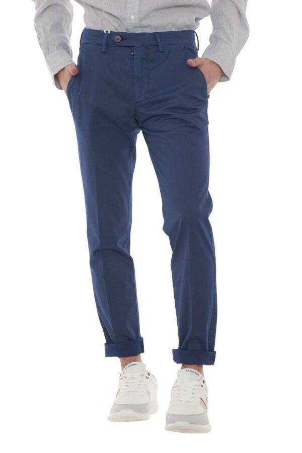 Un pantalone elegante e dalla microfantasia il Brad 2134 firmato Michael Coal. la vestibilità slim definisce la linea con eleganza e precisione. Da abbinare ad ogni look, è perfetto per le occasioni più importanti. Il modello è alto 1.80m e indossa la taglia 31.