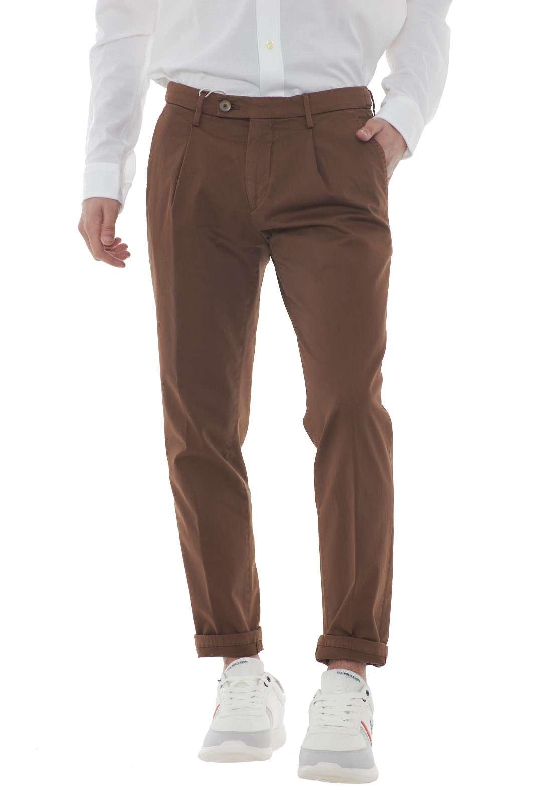 Un comodo pantalone in gabardina quello proposto per la collezione uomo Michael Coal. Il modello capri è impreziosito dalle pences e dalle tasche posteriori con bottone. Facile da abbinare, si presta con versatilità ad ogni look. Il modello è alto 1.80m e indossa la taglia 31.