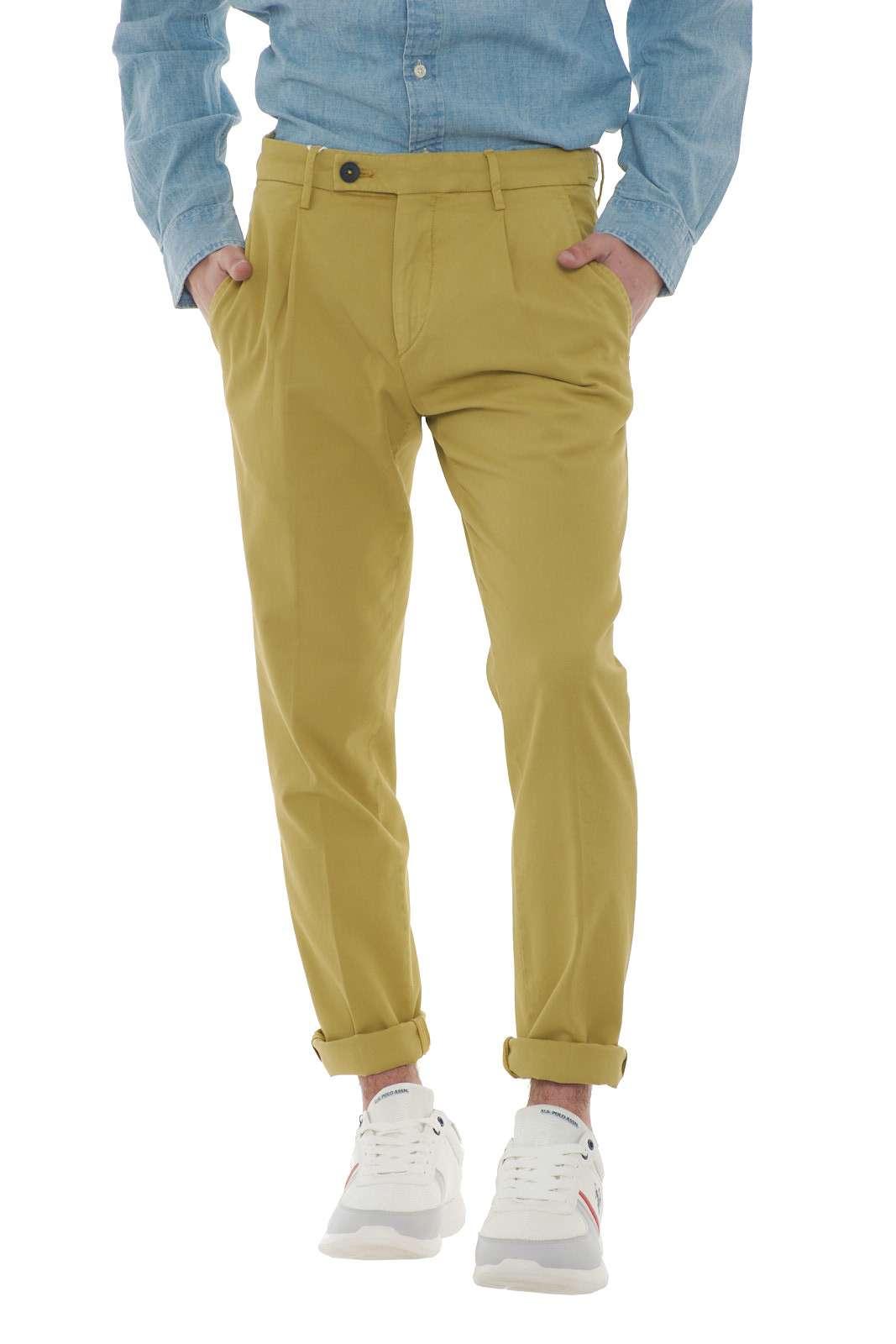 Un pantalone con pinces ideato per le occasioni più glamour quello firmato dalla collezione uomo Michael Coal. Un capo con microlavorazione dalla vita regolare perfetto da abbinare con una camicia o una maglia per rendere unico il proprio look. Un essential per l'uomo più esigente. Il modello è alto 1.80m e indossa la taglia 31.