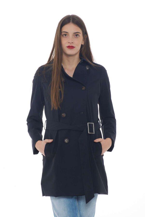 Un trench dal classico dall'esclusivo tessuto tecnico il City Coat Trench Lady proposto dalla collezione donna RRD. La chiusura doppiopetto con bottoni è caratterizzata anche dai due gancetti al collo. La falda si impone su questo capo dalla vestibilità slim con cintura.