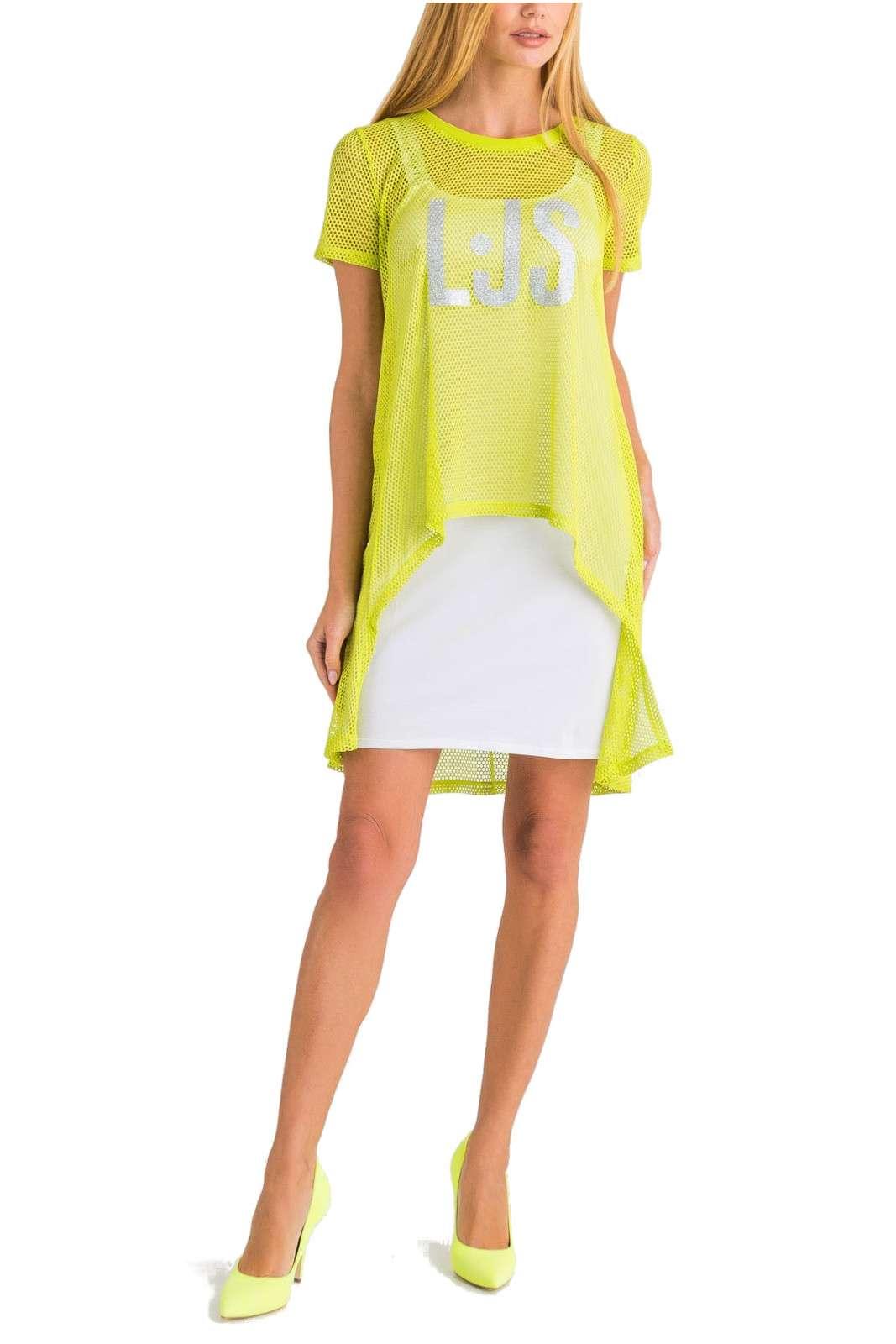 Un abito sportivo e glamour la proposta della collezione donna Liu Jo Sport. Da indossare nelle giornate più casual si impone per il copri abito a rete dal gusto sportivo. Da abbinare a sneaker o a tacchi, è un essential della moda quotidiana.