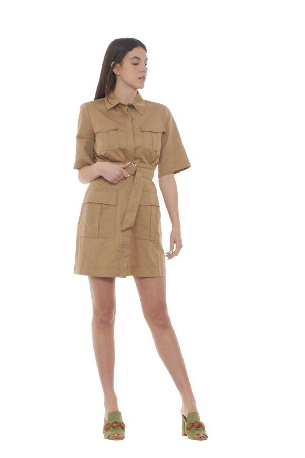 Un abito concepito per i look quotidiani il Rasatello firmato Pinko. Caratterizzato dal multitasche e dallo stile safari, è un must have di stagione. Un modello camicier per i gusti più raffinati. La modella è alta 1.78m e indossa la taglia 40.