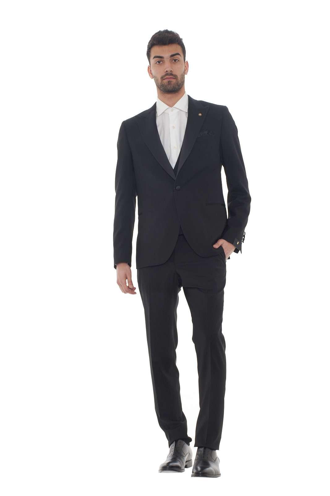 Il classico dell'eleganza, l'abito uomo firmato Manuel Ritz conquista tutti gli stili. I dettagli in tessuto lucido sono un must di questo capo elegante e raffinato. Da indossare nelle occasioni più formali, è un evergreen. Il modello è alto 1.80m e indossa la taglia 48.