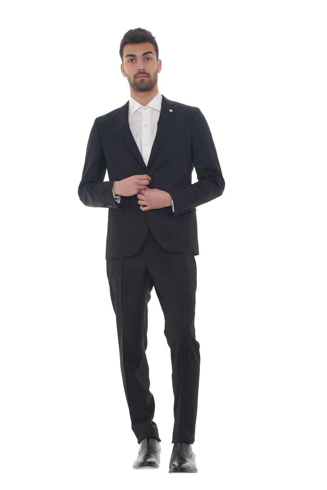 Un abito dall'estrema eleganza quello proposto dalla collezione uomo Manuel Ritz. Il tessuto in fresco lana dona stile e confort. Da indossare per le occasioni più speciali, conquista con la giacca dal collo rever e il suo pantalone slim con tasche posteriori a doppio filetto. Il modello è alto 1.80m e indossa la taglia 48.