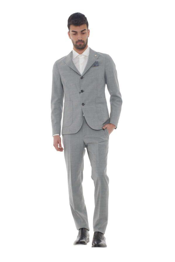 Scopri il nuovo abito in misto lana firmato dalla collezione uomo Manuel Ritz. Da indossare con ogni look e stile conquista con il suo stile minimal chic. La giacca si impone con le sue grandi tasche a toppa e dalla chiusura con due bottoni, un evergreen. Il modello è alto 1.80m e indossa la taglia 48.