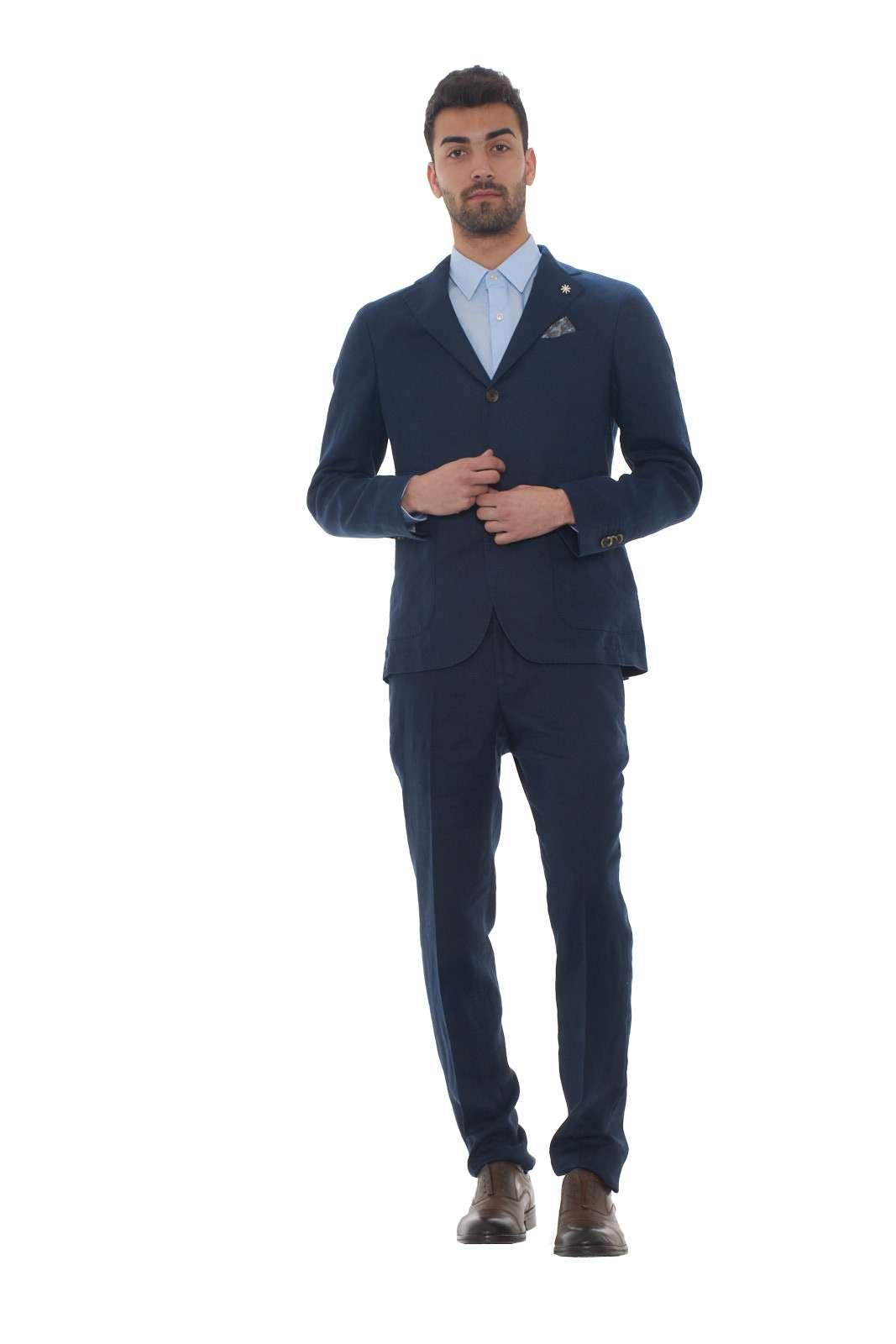 Un abito in lino perfetto per le occasioni importanti quello proposto dalla nuova collezione uomo Manuel Ritz. La giacca, caratterizzata dal collo rever e dal doppio spacco posteriore, si impone per un look chic da indossare anche nelle calde giornate estive. Il pantalone slim è sinonimo di lusso e comodità. Il modello è alto 1.80m e indossa la taglia 48.