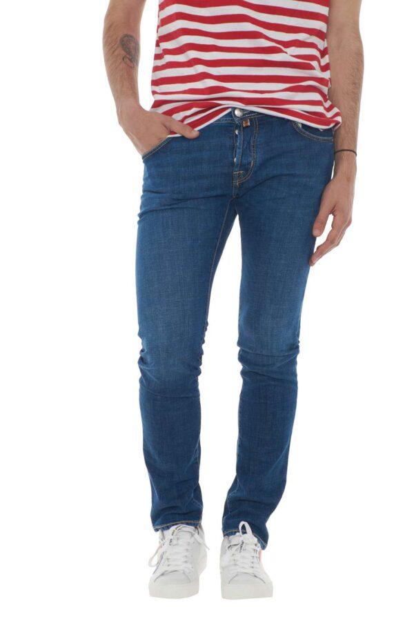 Un icona dei jeans da uomo: Il Jacob Cohen. Comodo, stiloso e pratico, diventerà indispensabile per i tuoi outfit, da quello più casual, a quello più curato. La salpa profumata in cavallino, è il particolare in più, che rende il capo davvero irrinunciabile ed iconico. Il modello è alto 1.90m e indossa la taglia 34.