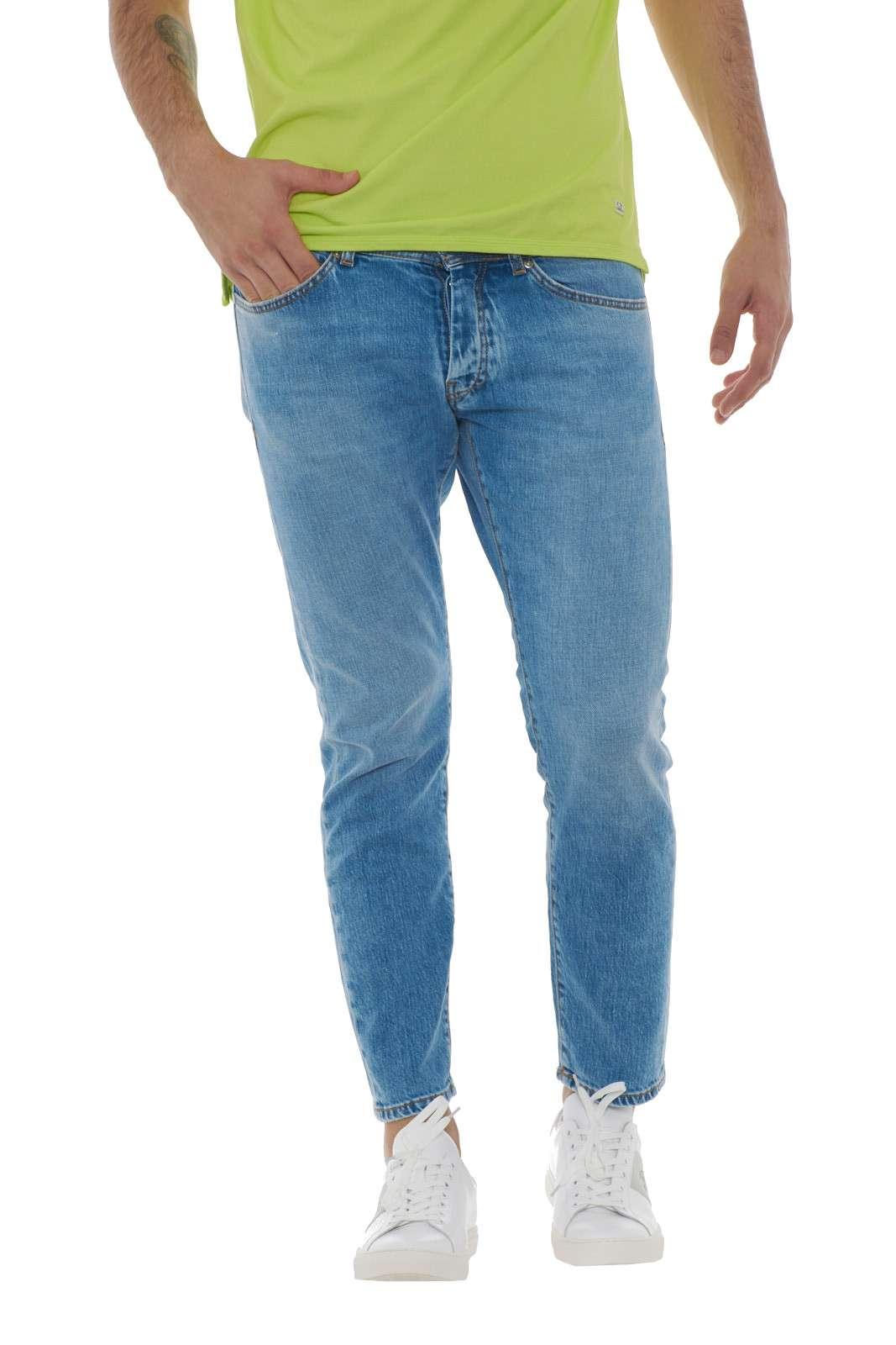 Il Jeans Mark 1118 firmato Mc Denimerie, diventerà la tua sicurezza per ogni outfit tu voglia indossare. Un modello capri, che risulterà comode e leggero lungo la gamba, lasciando libertà di movimento e freschezza anche con il caldo estivo. Un essential maschile. Il modello è alto 1.90m e indossa la taglia 36.