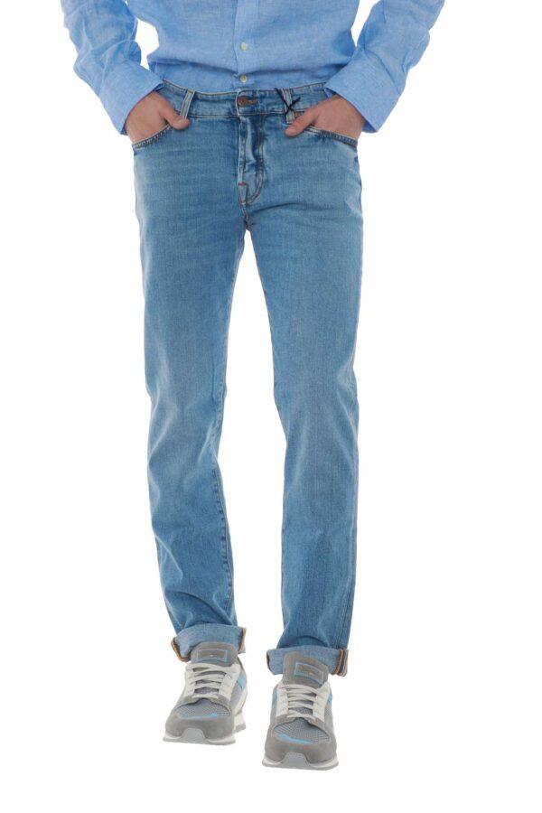 Un jeans slim fit perfetto per la bella stagione il Bloody Mary proposto da Roy Rogers. Una linea pulita da abbinare con tutti i look, veste sia l'uomo più classico che più casual. Un'icona della moda uomo da avere come essential. Il modello è alto 1.80m e indossa la taglia 32.