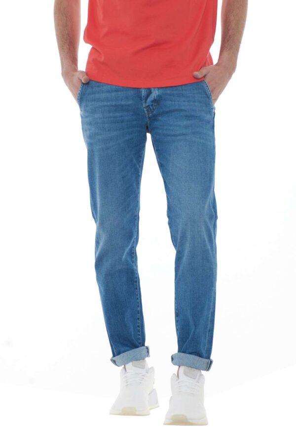 Un jeans con tasche america il modello ELIAS firmato dalla nuova collezione Roy Rogers. Le tasche a toppa posteriori sono un must, corredato dalla vestibilità slim comoda e fashion. Da indossare con giacche o t shirt unisce il classico al casual. Il modello è alto 1.80m e indossa la taglia 31.