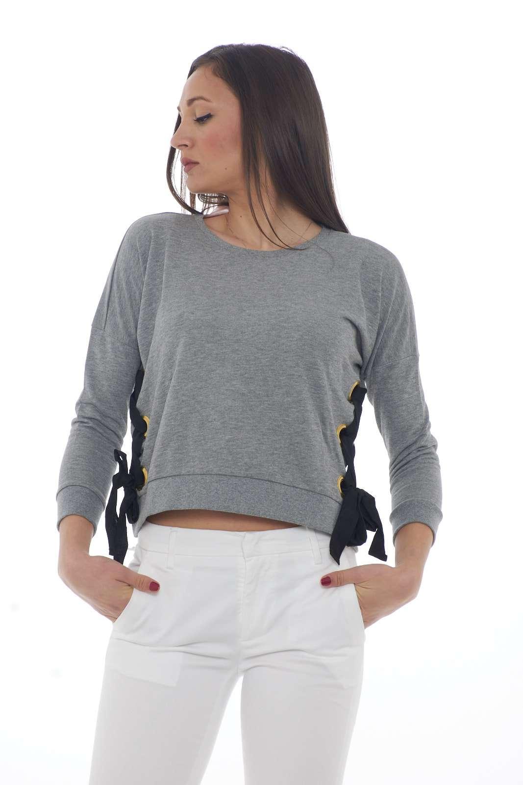 Una felpa dalla semplicità della linea e dai particolari di spicco quella proposta dalla collezione Silvian Heach. I corsetti laterali con nastri in gros grain la caratterizzano per un risultato unico. Con un jeans o con una maxi gonna è un'icona.