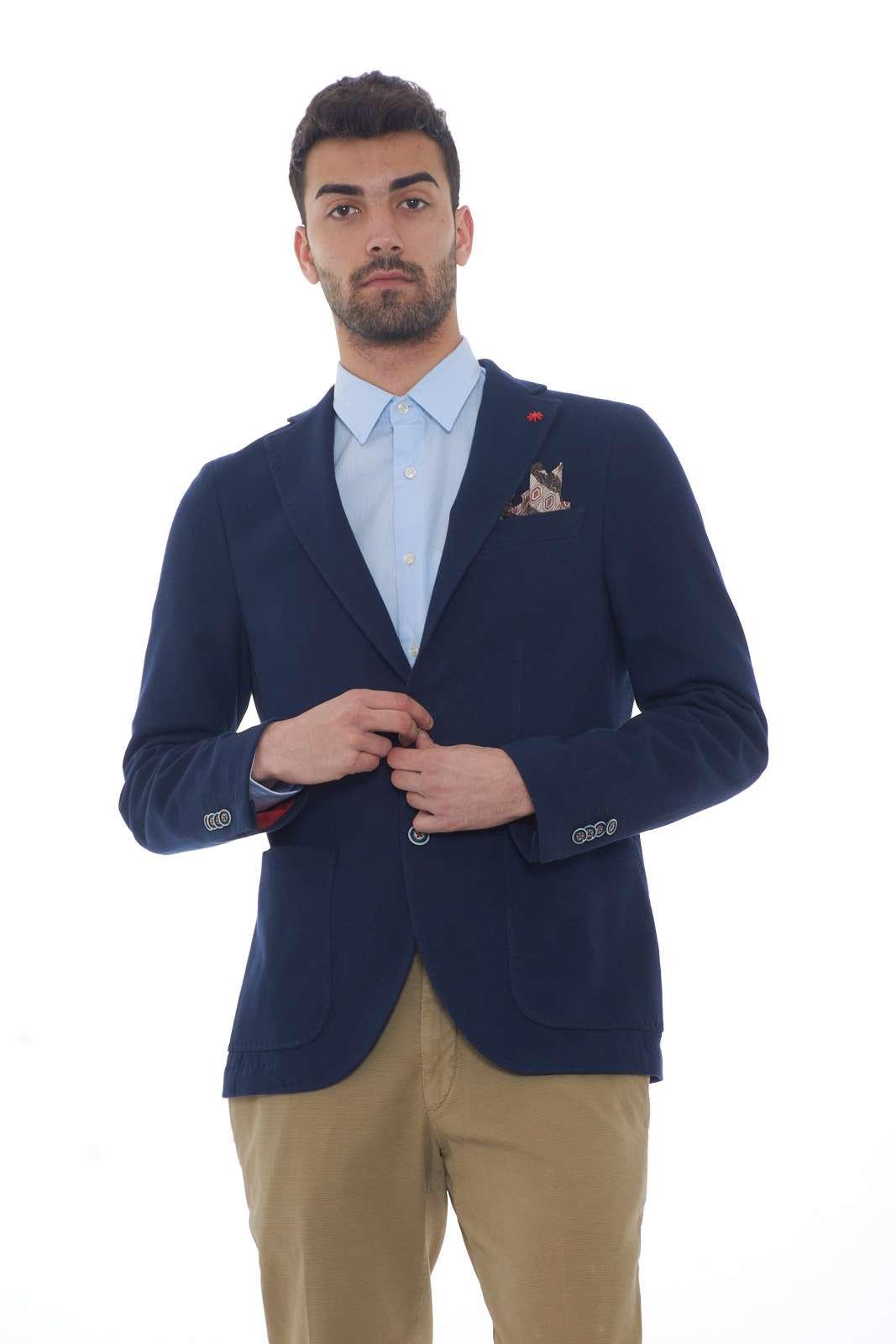 Una giacca dal look casual chic la proposta della collezione uomo Manuel Ritz. Da indossare con un jeans o con un pantalone si impone per il suo stile formale e quotidiano. Il collo rever e il doppio spacco posteriore fanno da padroni per un risultato glamour. Il modello è alto 1.80m e indossa la taglia 48.