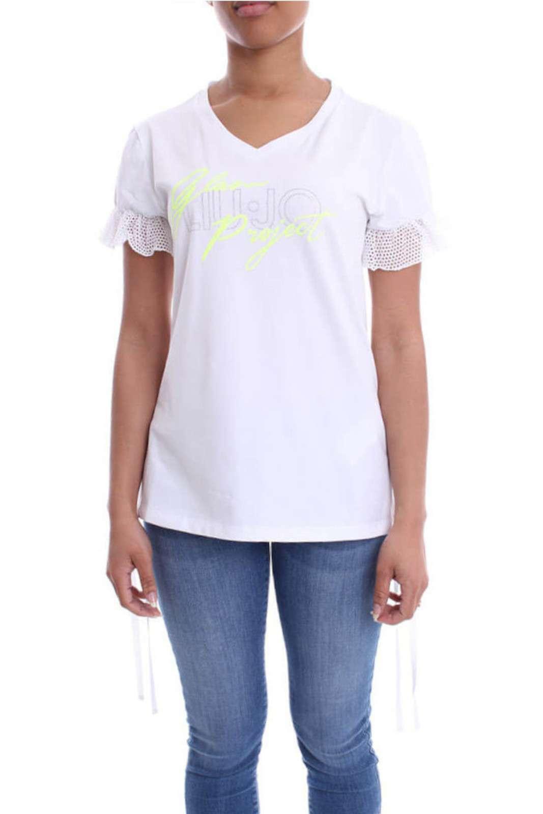 Una T shirt dal forte carattere quotidiano quella proposta dalla nuova collezione donna Liu Jo Sport. La stampa sul davanti con glitter fluo e strass è un must have di stagione. Da indossare con un jeans o un pantalone da jogging, è un essential della vita quotidiana.
