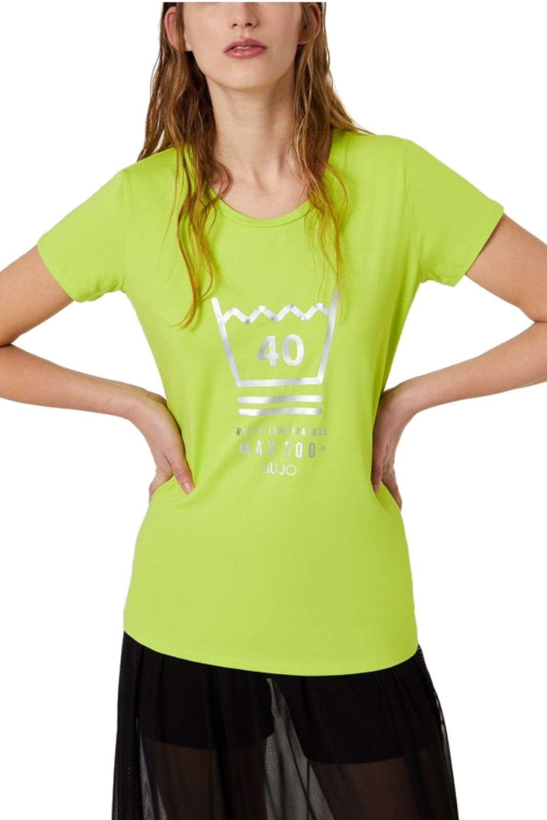 Simpatica e colorata, la nuova T shirt firmata Liu Jo Sport conquista anche le donne più esigenti. Una stampa glamour e sobria fa da cornice ad una colorazione sgargiante e fashion. Da abbinare a jeans o pantaloni sportivi è un connubio di praticità e gusto.
