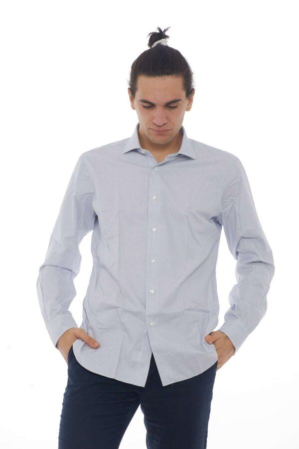 Una camicia che con la sua semplicità, conquisterà un posto tra i tuoi outfit preferiti. Il look essential, la rende facile da abbinare a jeans e pantaloni, creando uno stile diverso ogni volta che si vuole. Il capo curato e versatile per eccellenza. Il modello è alto 1.90m e indossa la taglia 44.