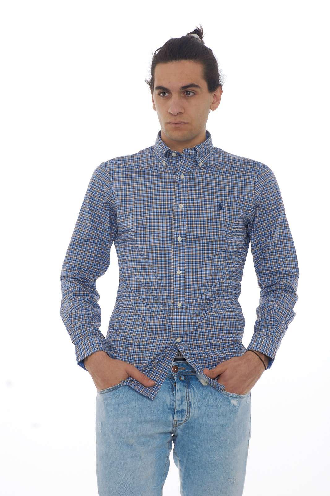 Una camicia elegante e sempre attuale quella firmata Ralph Lauren. Sarà l'ideale per le tue occasioni più importanti, dove abbinata con una pantalone, o anche un jeans, risulterà irresistibile. Il modello è alto 1.90m e indossa la taglia L.