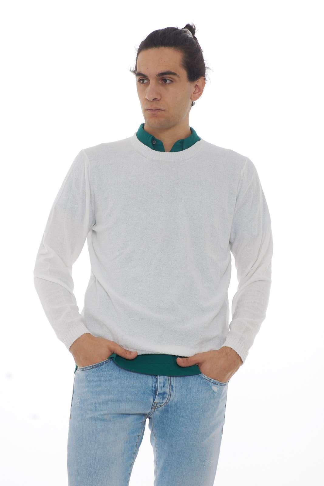 Fine e raffinato, il maglioncino proposto da Paolo Pecora. Adatto a tutte le occasioni, dalle più casual a quelle più formali; potrà essere indossato da solo per un look più sbarazzino, o sopra ad una camicia, per uno stile più importante. Il modello è alto 1.90m e indossa la taglia XXL.