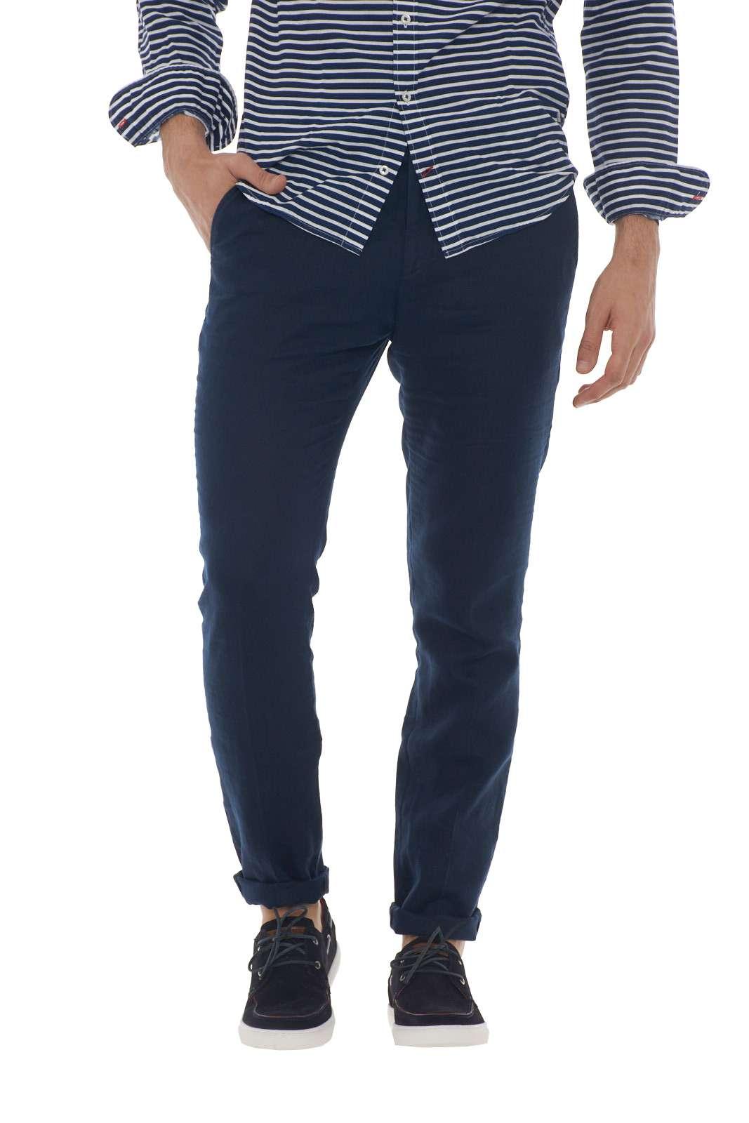 Elegante e raffinato, il pantalone firmato Manuel Ritz, diventerà un caposaldo di stile nei tuoi outfit. Realizzato al 100% in lino, rimarrà fresco e morbido sulla gamba, garantendo comfort e leggerezza. Da abbinare a camice o t-shirt per total look chic e affascinanti. Il modello è alto 1.90m e indossa la taglia 50.