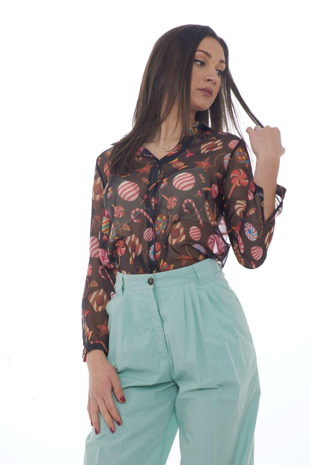 Una camicia spiritosa e iconica, quella firmata Dress Code. Perfetta per le occasioni più mondane e stravaganti, dove potrai sfoggiare un look davvero unico. La modella è alta 1.80m e indossa la taglia S.