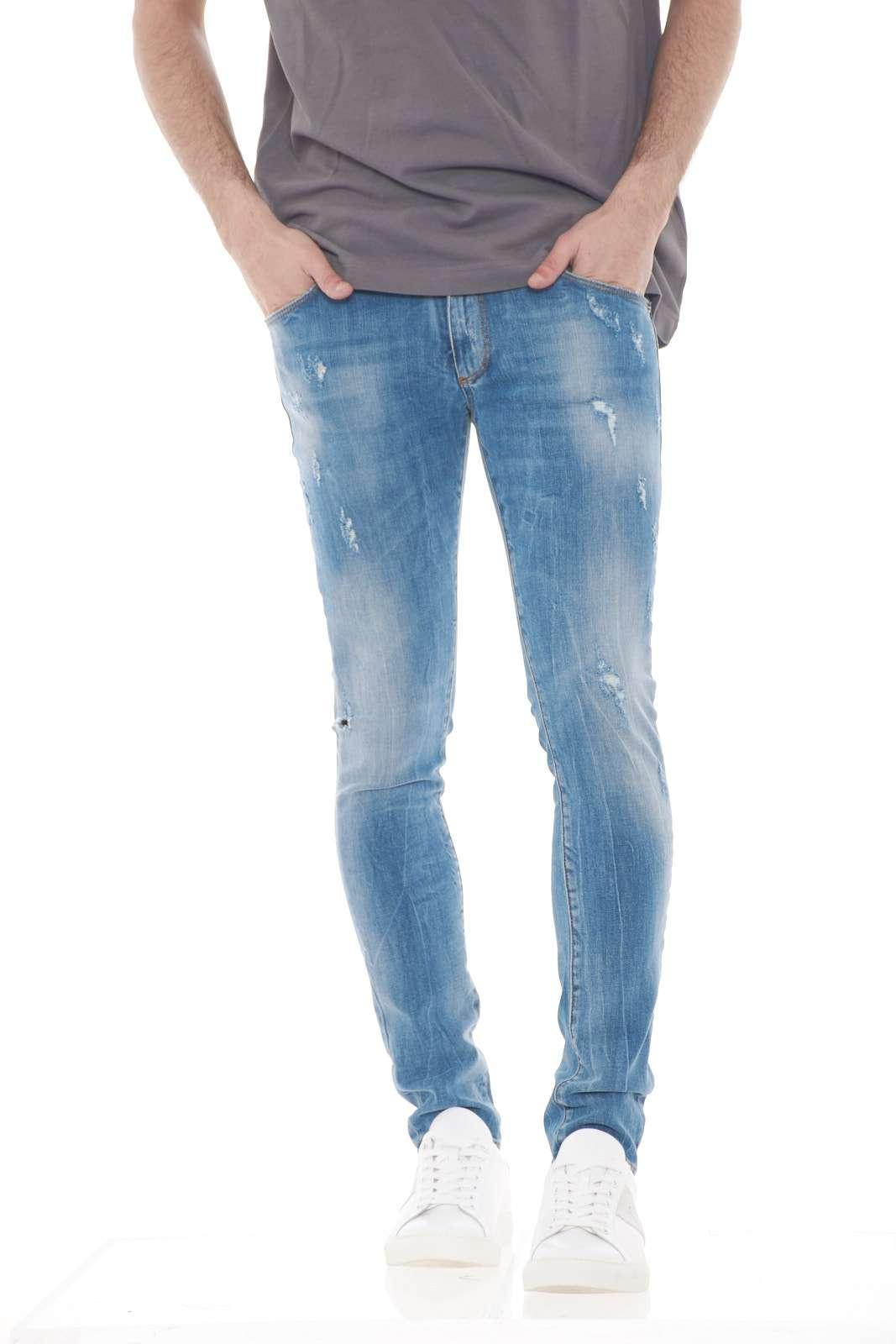 Un jeans pratico e fashion, firmato Clink Jeans London. Perfetto per il lavoro, e le occasioni di routine più casual, dove indossato con una t shirt, creerà un outfit semplice e curato. Il modello è alto 1.80m e indossa la taglia 31.