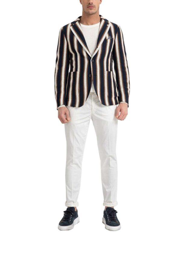 Una giacca casual chic per la nuova collezione firmata Manuel Ritz. Da indossare con un pantalone dal gusto classico o da un semplice jeans si adatta ad ogni stile. Grazie alla sua contemporanea fantasia rigata si impone come must have per gli outfit più glamour.