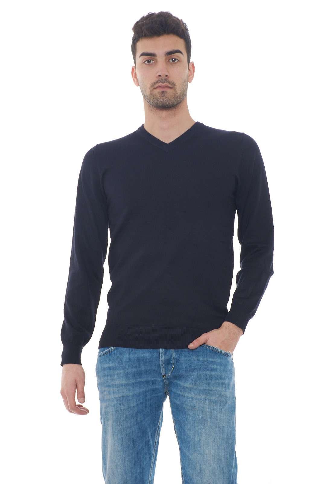 Una maglia casual e leggera, perfetta per le giornate primaverili, o le fresche sere d'estate. Da indossare con camicia e pantaloni, per outfit più elaborati, o con un jeans, per look più casual e veloci. Il modello è alto 1.80m e indossa la taglia M.