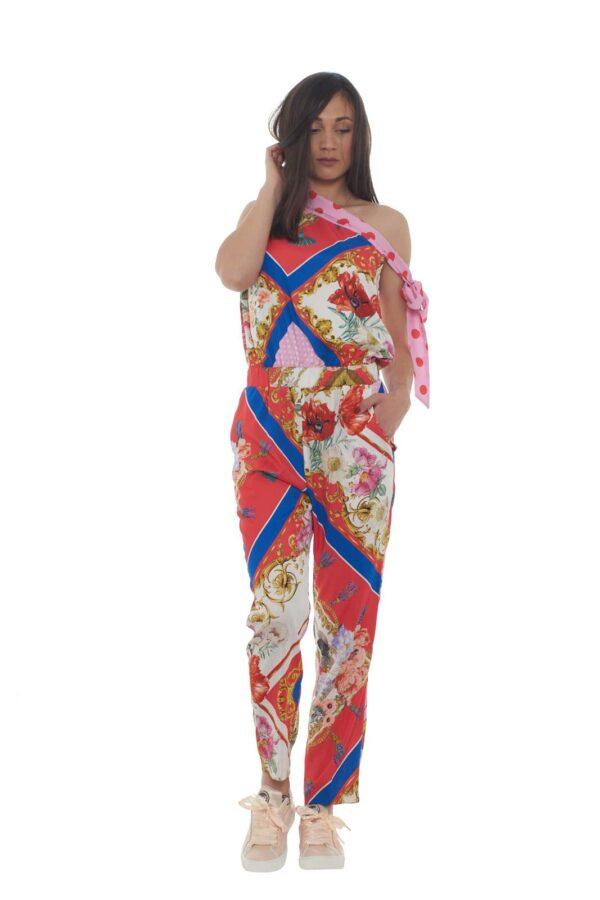 Una tuta esclusiva, per la donna che ama indossare capi unici, nelle occasioni più importanti. Elegante, raffinata ed iconica, si presterà per party, o cerimonie, regalando uno stile contemporaneo e fashion. Arricchita da una colorata stampa multicolor, e realizzata in pura seta, per un passepartout di stile per i tuoi outfit estivi. La modella è alta 1.80m e indossa la taglia 42.