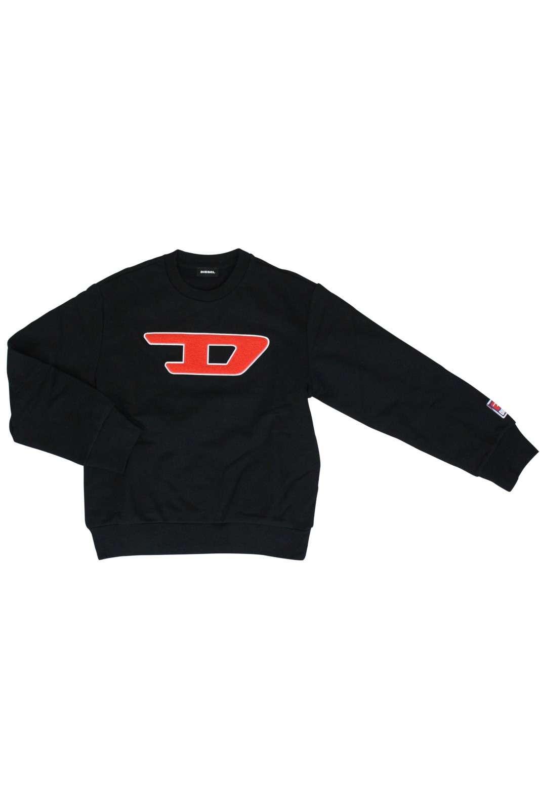 Felpa Diesel alla moda, che segue il look della linea adulti, per regalare al tuo bambino, un outfit iconico sin sa piccolo. Il logo in spugna, sul petto, è il tocco che caratterizza il capo, rendendolo unico e inconfondibile.