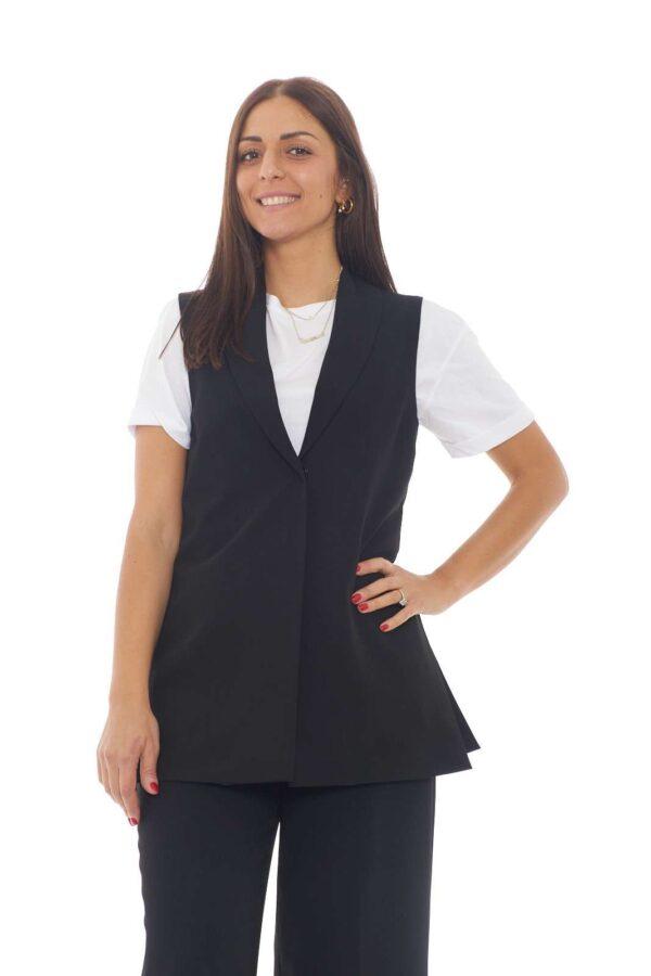 Un gilet chic e moderno, quello proposto da Eklè, per le tue occasioni più fashion. Ideale da abbinare a t shirt o bluse, per outfit casual-chic davvero irrinunciabili. La modella è alta 1.77m e indossa la taglia 40