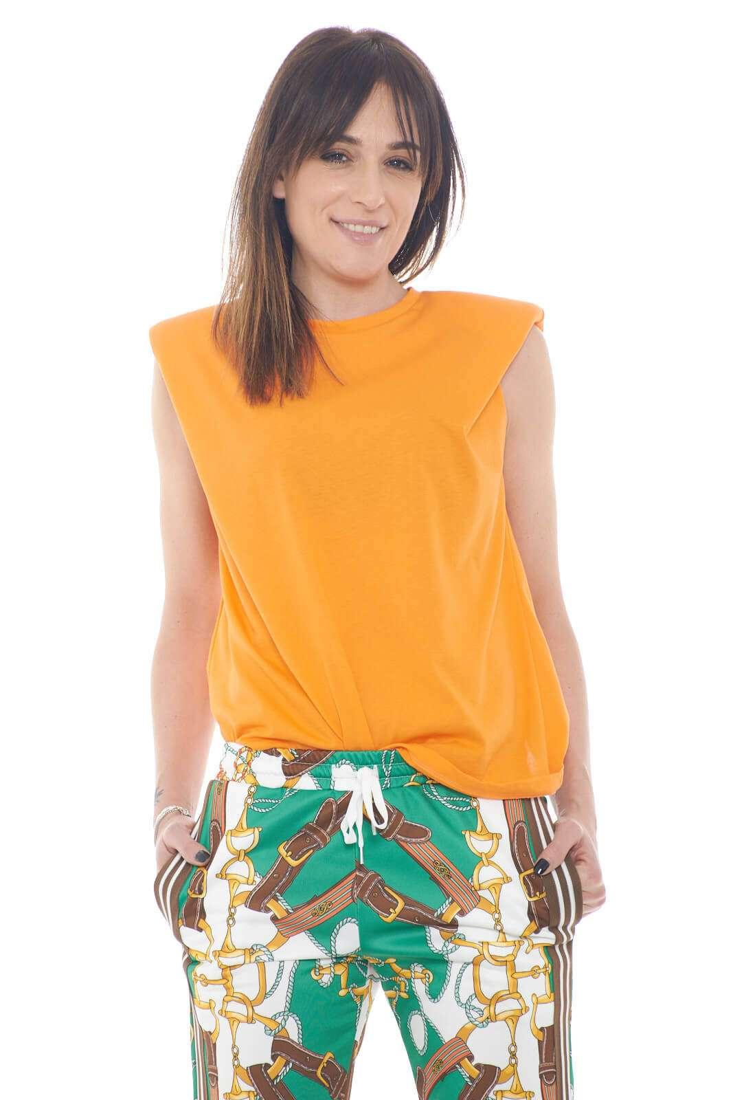 Un top colorato e semplice, quello proposto da Imperial, per la tua Primavera Estate. Facile da abbinare con jeans o pantaloni, per outfit estivi vivaci e trendy.
