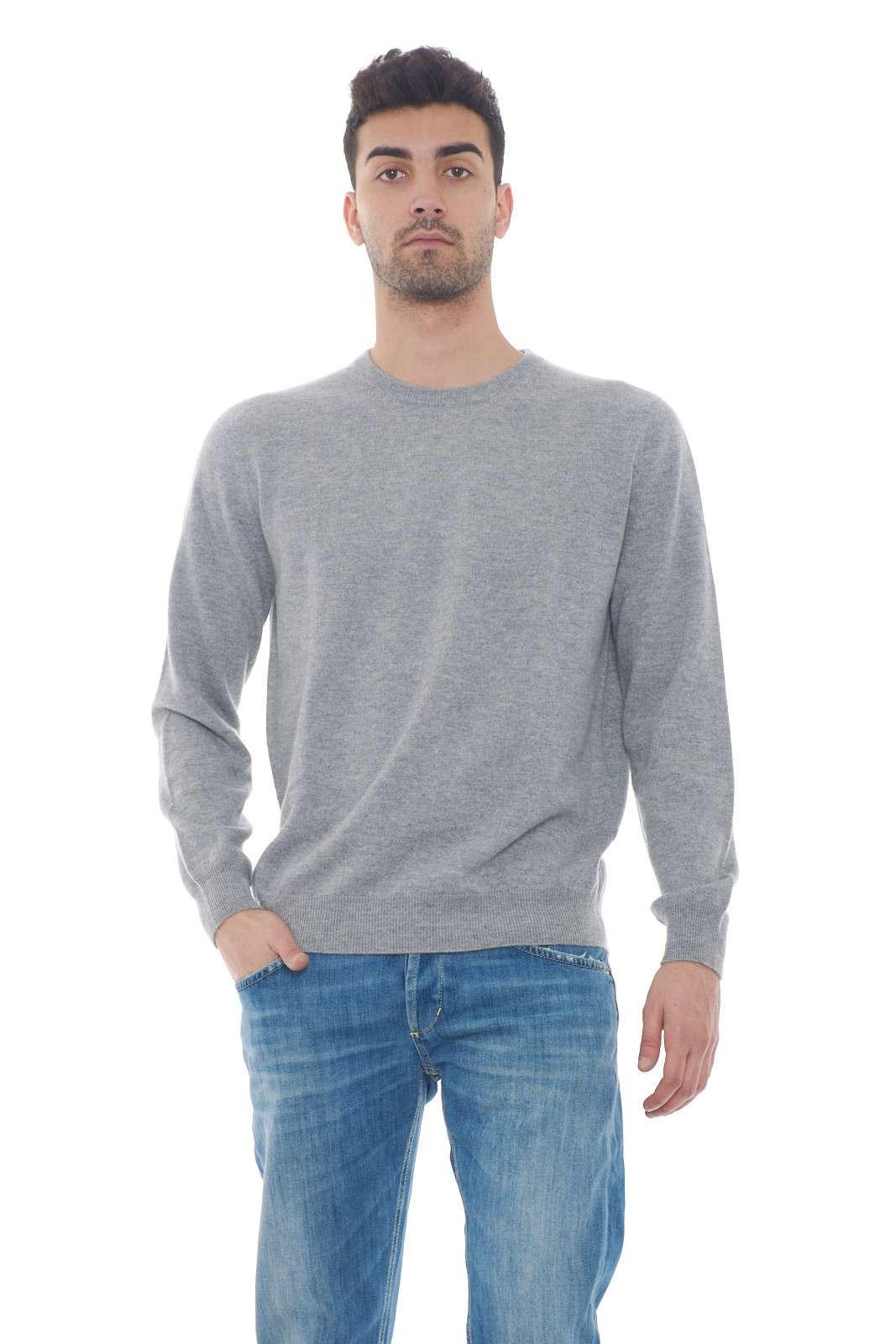 Un capo che nella sua semplicità racchiude stile e classe. Realizzato al 100% in puro cashmere, sarà l'ideale per le serate primaverili, dove abinato ad un jeans, creerà outfit moderni e giovanili. Il modello è alto 1.80m e indossa la taglia M.