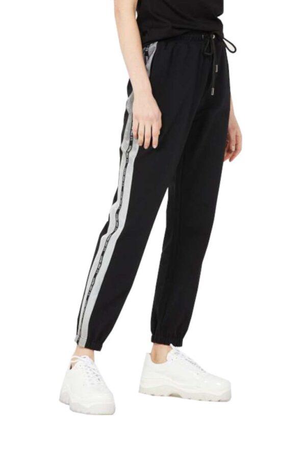 Da indossare nelle attività quotidiane, i pantaloni sportivi firmati Liu Jo Sport si confermano un capo di tendenza. Lo stile contemporaneo permette di indossarli sia con sneakers per i look più comodi, che on un tacco per unire lo stile sportivo all'eleganza delle fashioniste. Un vero e proprio capo cool.