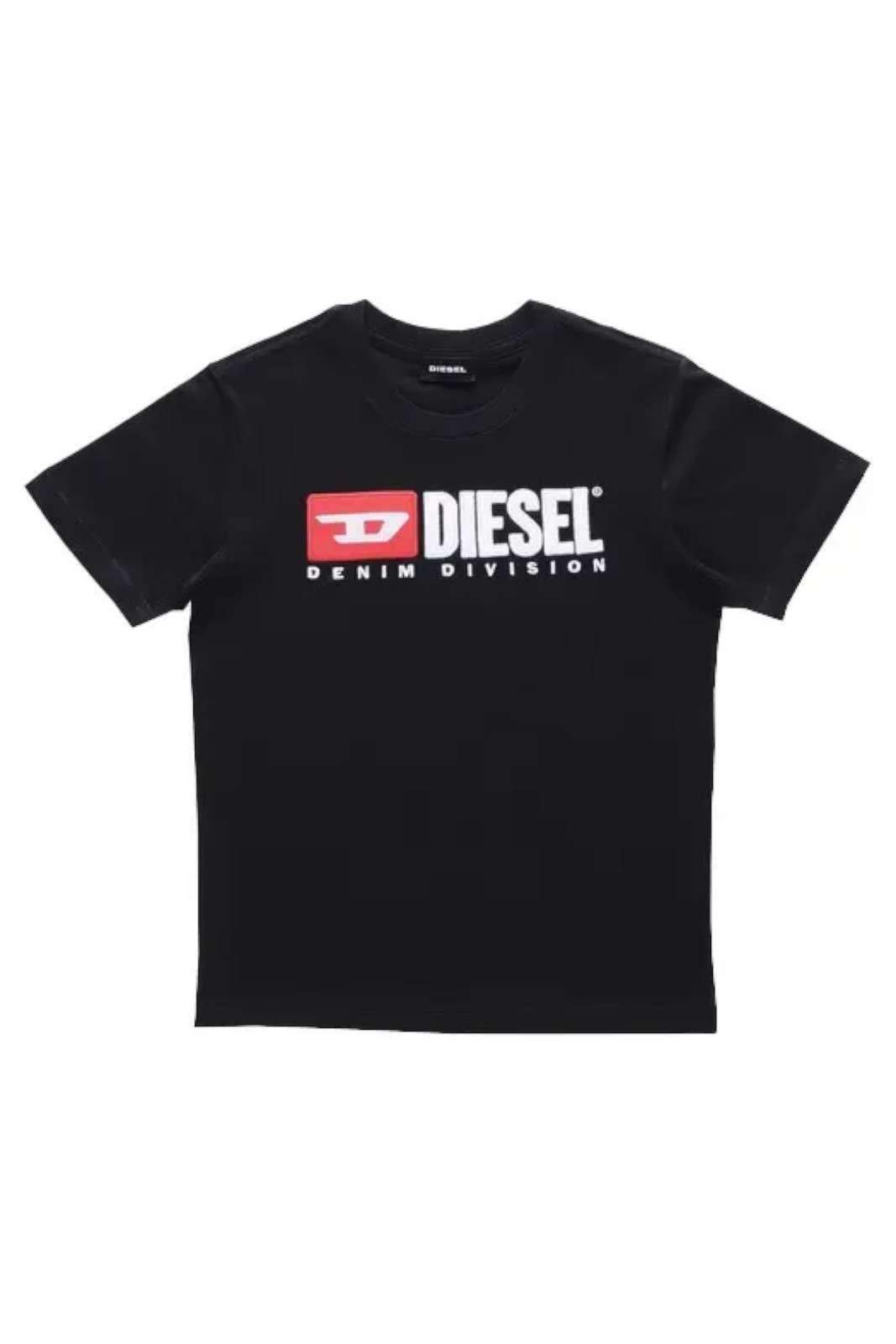 La versione da bambini della famosa t-shirt firmata Diesel ormai icona per qualsiasi outfit. T-shirt che si diversifica dalle altre grazie al logo di spugna sul petto, Da indossare per le occasioni di tutti giorni per la comodità del tuo bambino