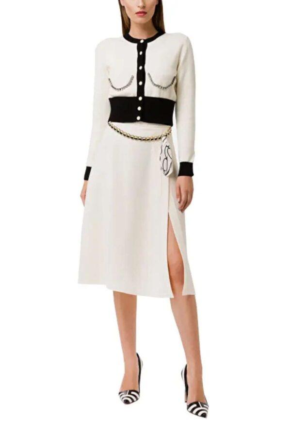 Scopri la nuova gonna in crepe firmata dalla collezione Elisabetta Franchi. La lunghezza al ginocchi e lo spacco donano un look raffinato e femminile. Da abbinare con un top o una camicia, completa ogni look.