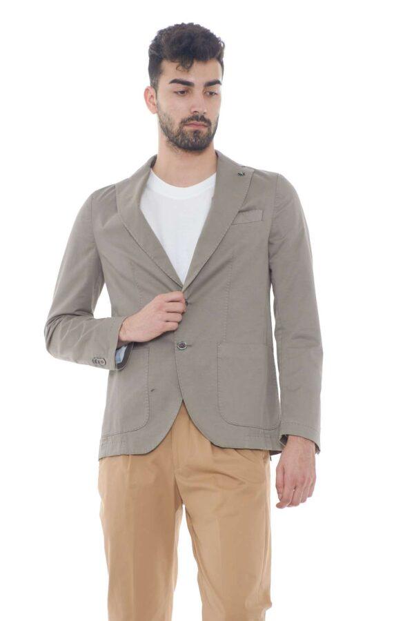 Una giacca firmata Manuel Ritz, perfetta per outfit eleganti e impeccabili. Da indossare con pantaloni, magari taglio chino per un tocco moderno, e a piacere, una t shirt o una camicia, per look diversi tra loro, ma sempre adatti ad ogni evenienza. Il modello è alto 1.80m e indossa la taglia 48.
