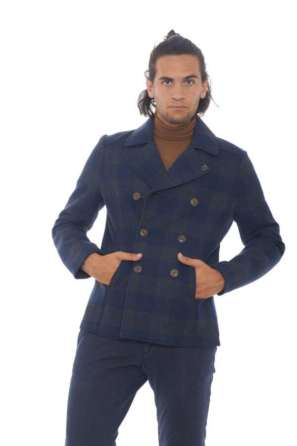 Semplice ed elegante, il cappotto firmato ERO, per look sempre al passo con le tendenze. Il doppiopetto,è il particolare, che balza subito, all'occhio, per un tocco classico evergreen, mentre la fantasia scozzese, e il collo revers, lo rendo adatto anche per stili più decisi. Il modello è alto 1.90m e indossa la taglia 52.