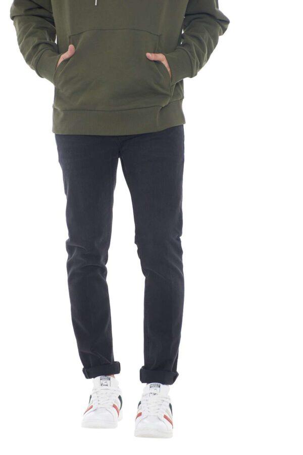 Unici per comodità e stile, i jeans Mius firmati per la collezione autunno inverno di Dondup sono un must assoluto. La comodità del cotone leggermente elastico li rende perfetti da indossare in ogni occasione senza prescindere dall'esclusivo gusto glamour del made in Italy. Icona di stile per la fredda stagione. Il modello è alto 1.80m e indossa la taglia 32.