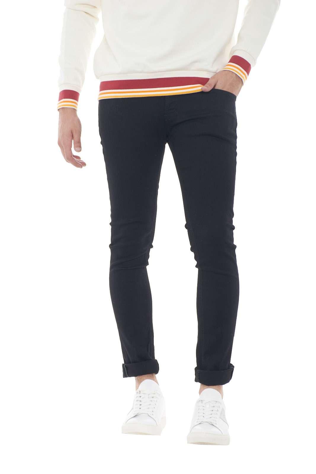 Il meglio del made in Italy con il nuovo jeans uomo George. Il total black è esaltato dalla vestibilità skinny e dal tessuto stretch. Un must have della collezione uomo da indossare sia con t shirt che con maglie. Il modello è alto 1.80m e indossa la taglia 32.