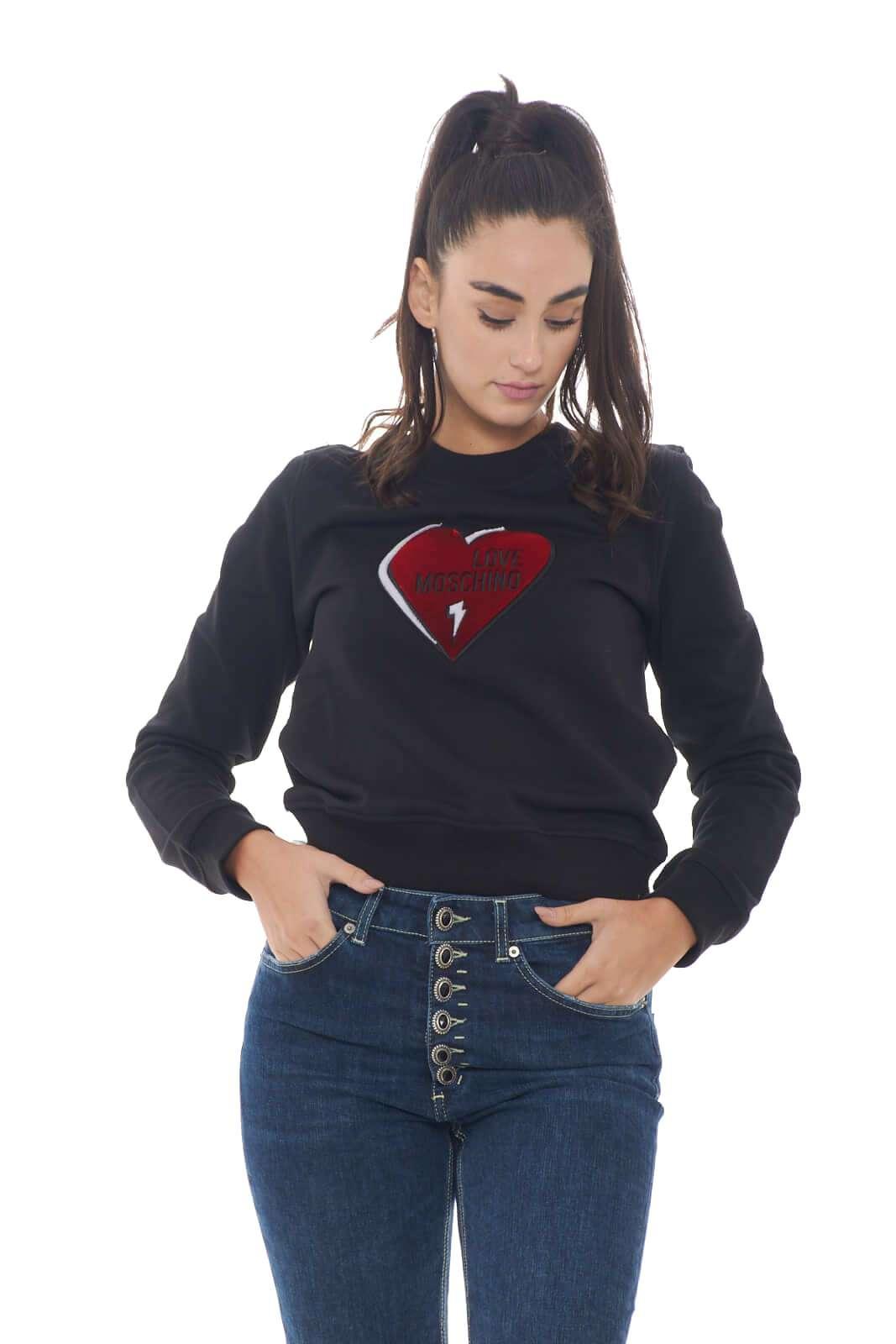 Una felpa calda e dallo stile inconfondibile quella firmata dalla collezione Love Moschino. Da abbinare ad un pantalone sportivo o ad un jeans risolve con stile i look più quotidiani. Un essential da proporre con spirito glamour.