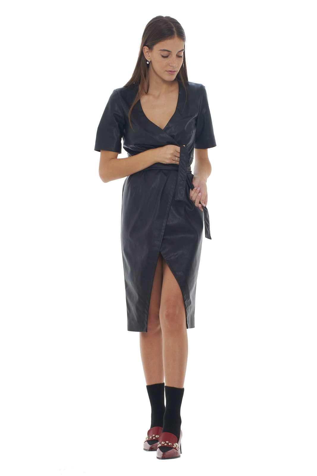 Un abito in pelle ecologiaca dal carattere glamour il PUNIRE firmato Pinko. L'apertura a portafoglio garantisce sensualità e femminilità per rendere il look impeccabile. Con un decolletè o un tronchetto rende l'outfit unico.
