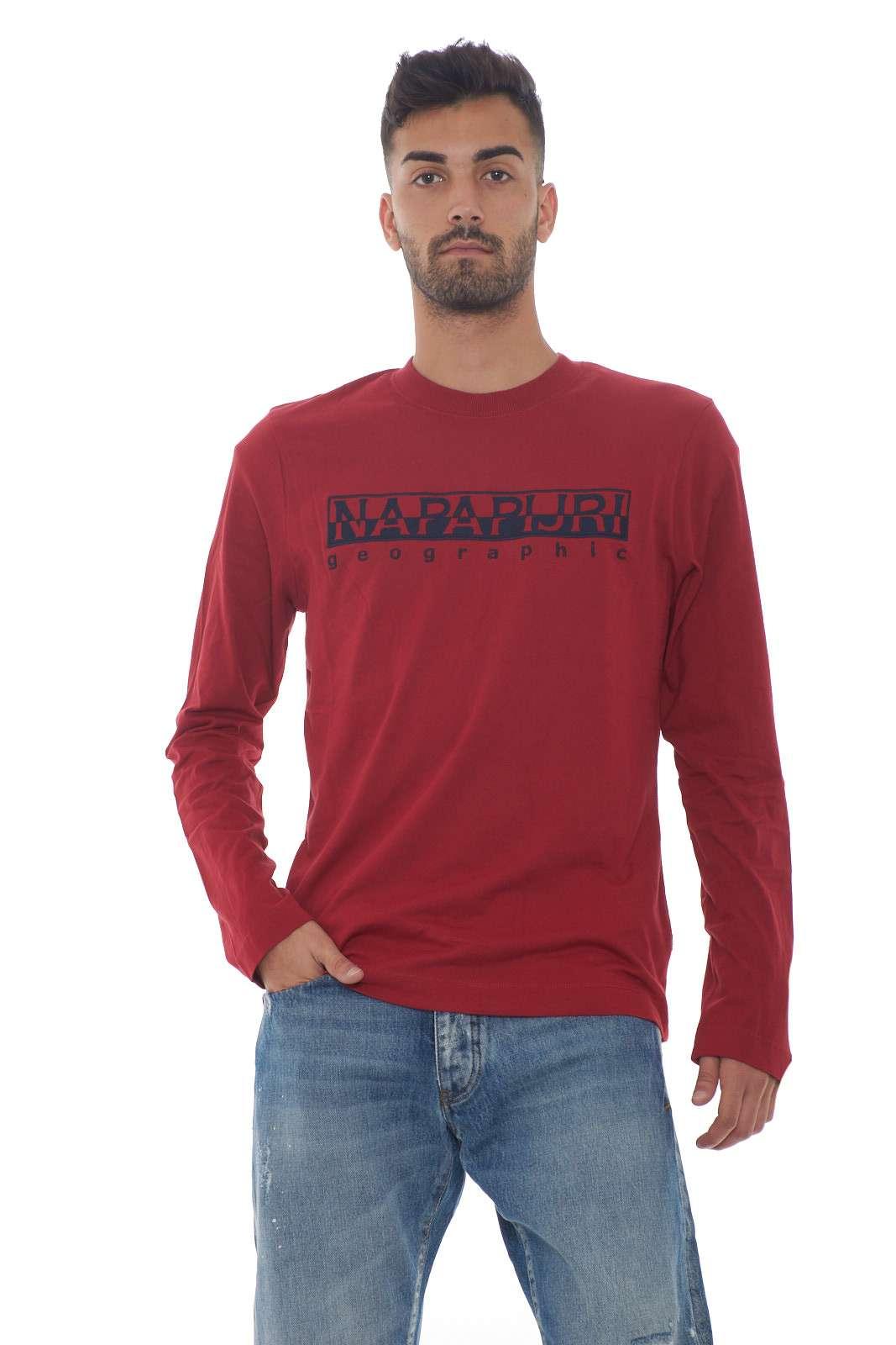 Scopri la nuova t shirt uomo SERBER LS a manica lunga firmata dalla collezione Napapijri. Da indossare sopra un lupetto grazie alla vestibilità finder, è un capo fashion e funzionale. Un capo in cotone perfetto per i look quotidiani. Il modello è alto 1.80m e indossa la taglia M.
