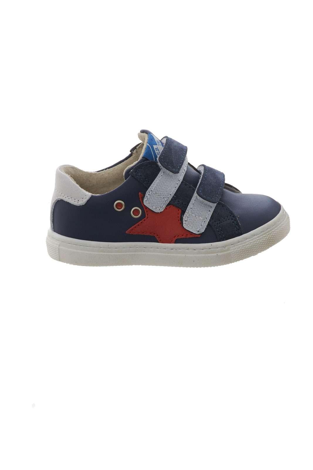 Una sneaker semplice e sportiva con la prestigiosa firma E.B. Shoes. Dal look casual, sarà perfetta per le attività di tutti i giorni del tuo bambino, dalla scuola allo svago, per comodità e stile racchiusi insieme.