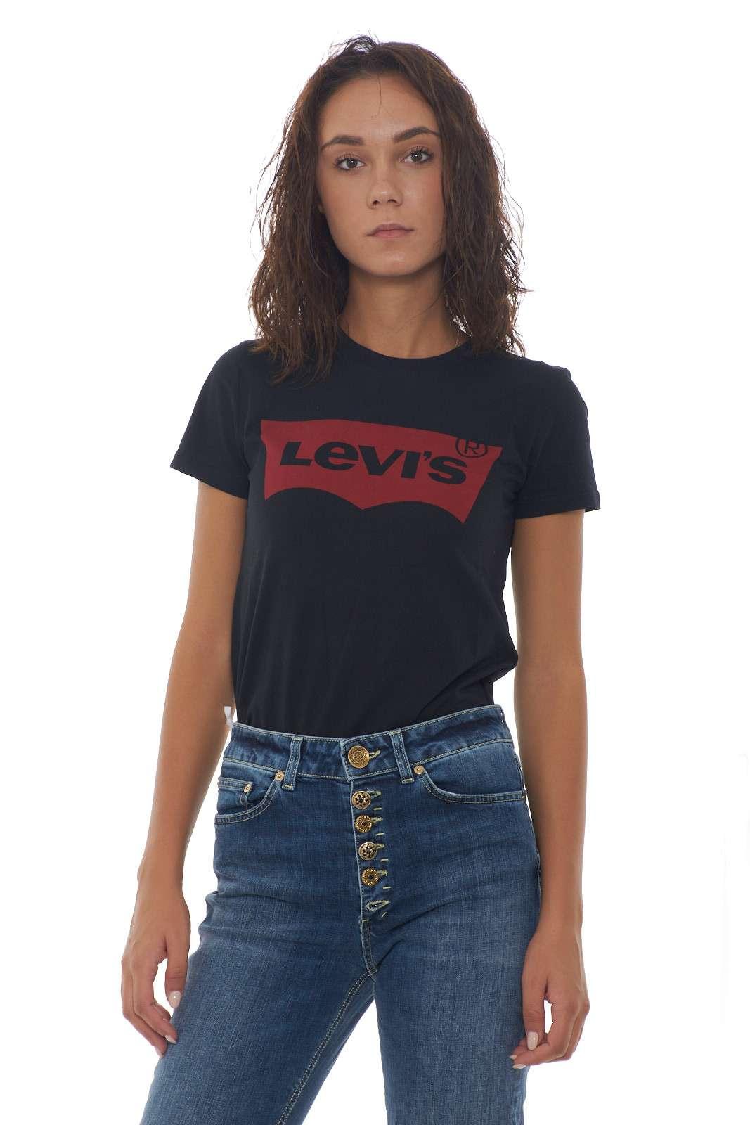 La classica T shirt donna proposta da Levi's si veste di nuovi colori e fantasie. Dal logo in velluto, a quello classico, per arrivare al colorblock. Tutte da collezionare per combinazioni di outfit perfette. La modella è alta 1.85m e indossa la taglia XS
