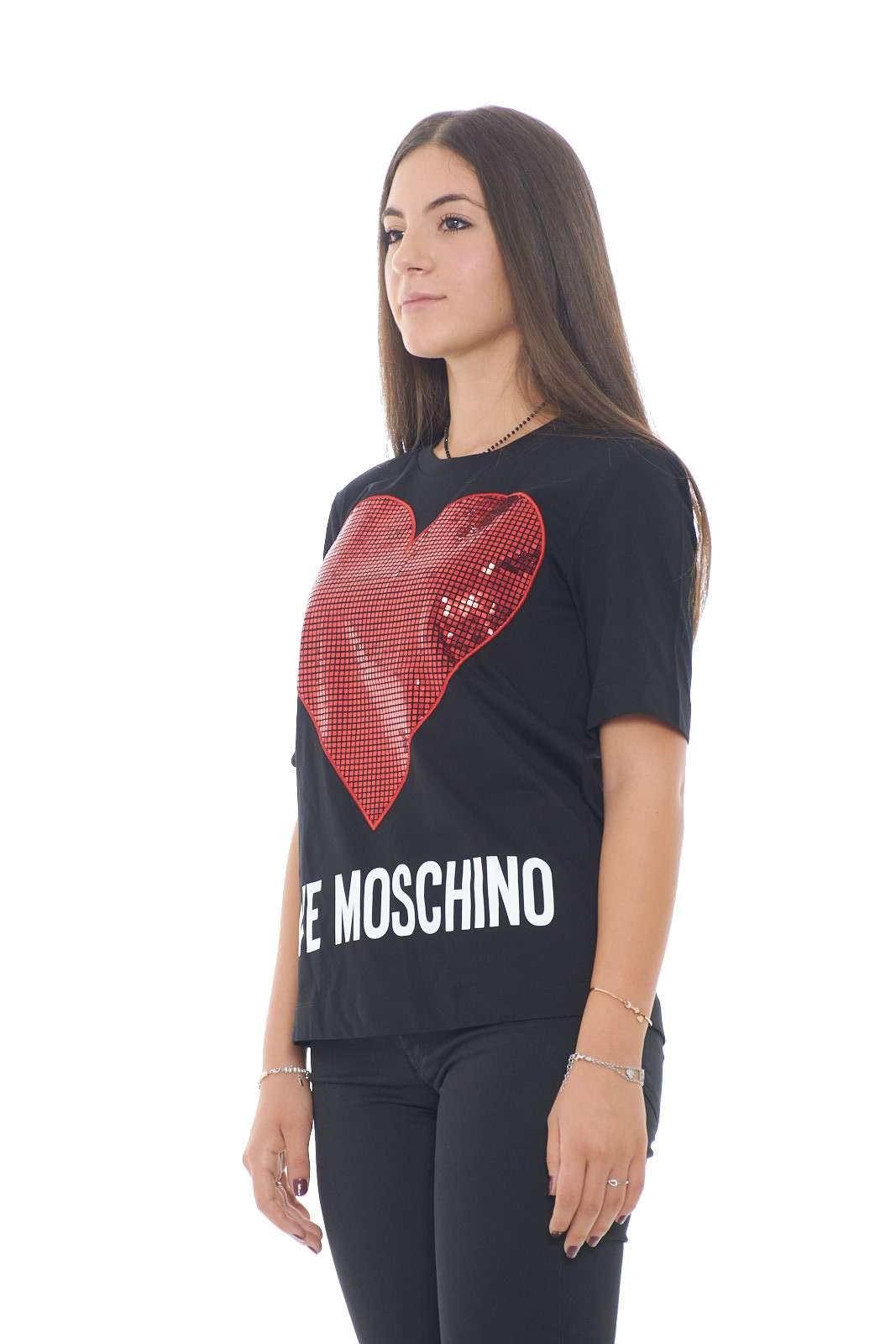 Una T shirt dal comodo cotone e dai particolari glamour quella proposta dalla collezione autunno inverno di Love Moschino. la vestibilità morbida è impreziosita dal cuore rivestito di paillettes e dalla scritta lettering. Da abbinare ad un pantalone o ad un jeans, è un essential della nuova stagione.