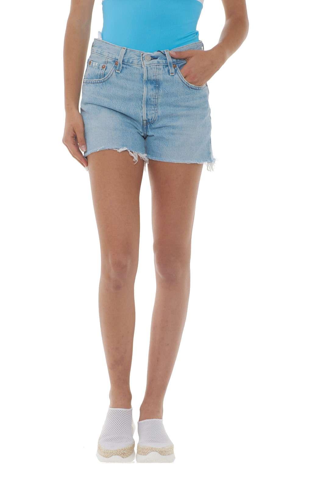 Il capo casual per eccellenza durante l'estate: lo short di jeans, in questo caso il 501 High Rise firmato Levi's. Con il look ormai noto, si propone in un lavaggio più chiaro, con il fondo sfrangiato, regalando quel tocco glamour che nion guasta mai. Un capo davvero irrinunciabile per la tua estate.  La modella è alta 1.68m e indossa la taglia 25.