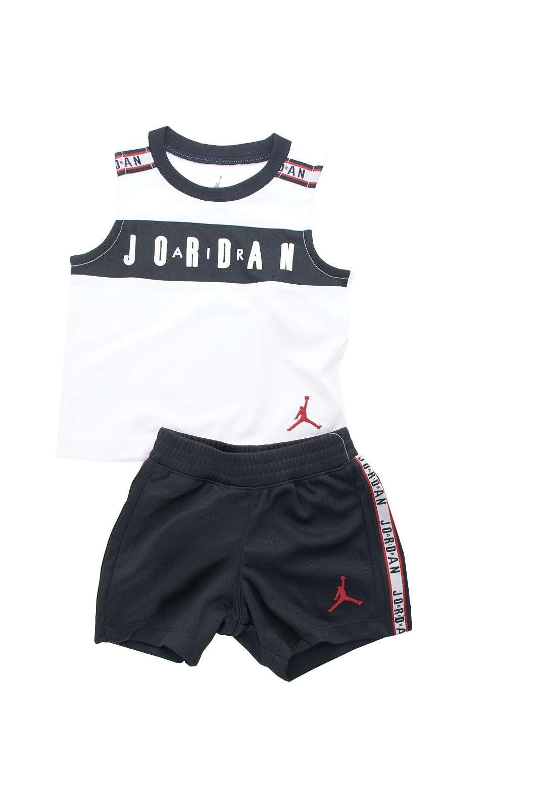 Un completo sportivo, firmato da un icona degli outfit casual:Nike Jordan. Perfetta per attività sportive, ma anche per occasioni informali, o la routine quotidiana dei più piccoli.