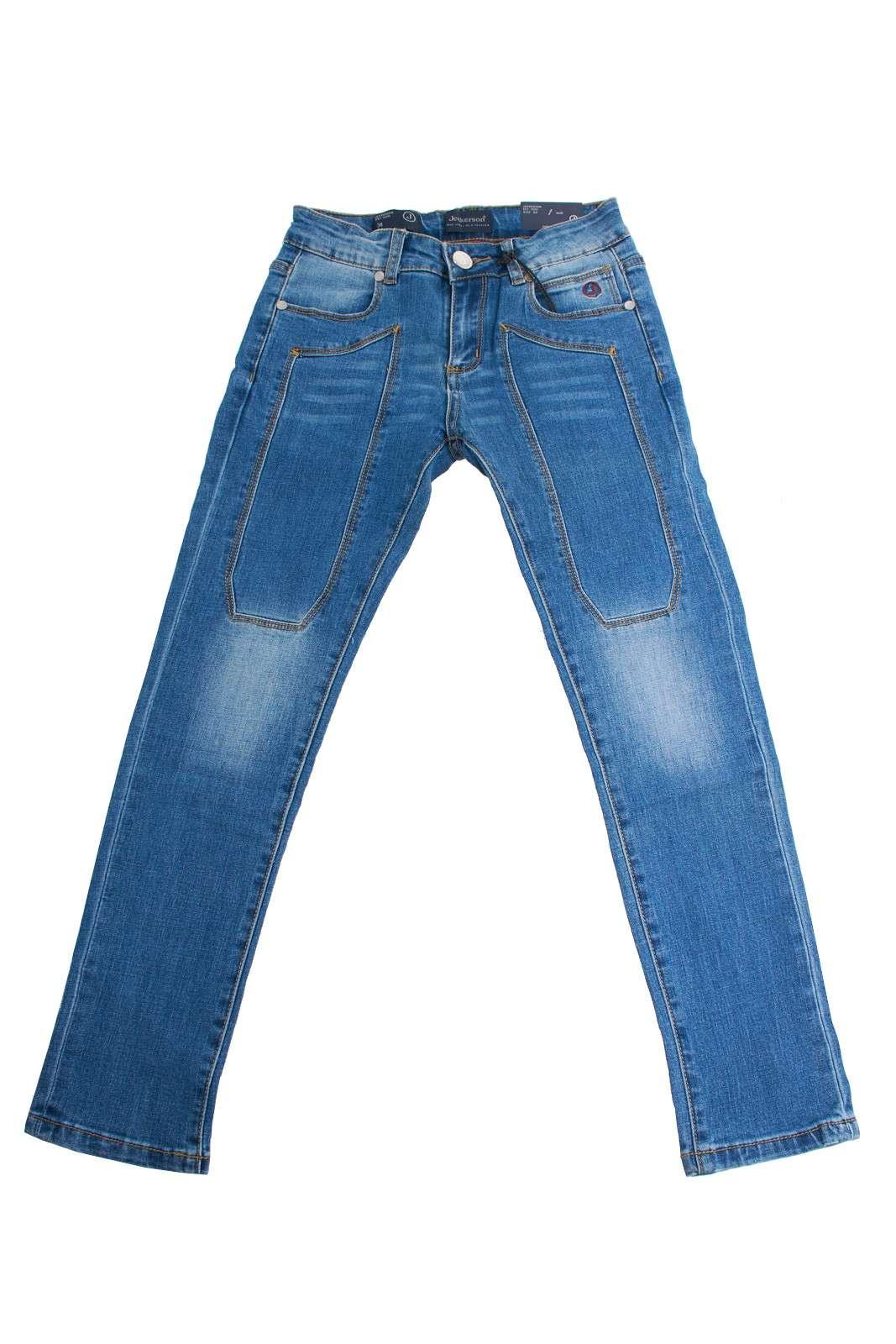 Un jeans classico, comodo e di stile quello firmato Jeckerson per il tuo bambino. Perfetto per la scuola, e le altre attività, facile da abbinare, per la gioia dei più grandi.