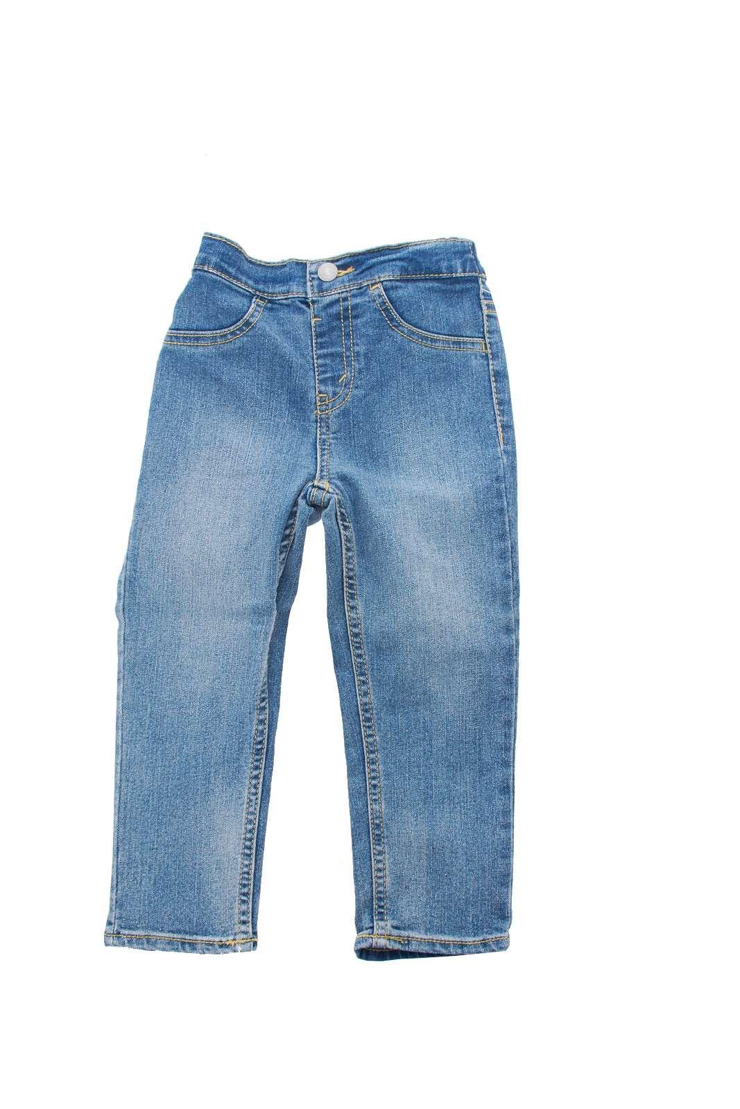 Un icona di stile, per il guardaroba maschile, sia adulto che da bambino: il jeans Levi's. L'ideale per outfit che uniscono stile e praticità, creando un look iconico e all'avanguardia.